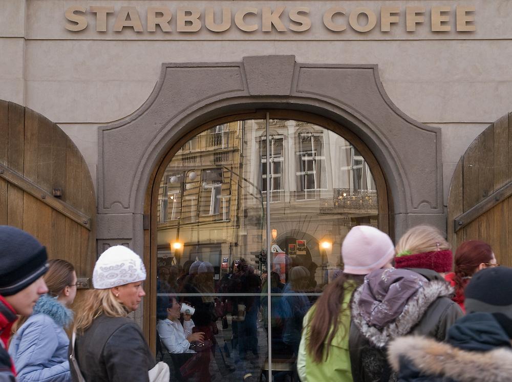 Die vor kurzem eröffnete Starbucks Filiale am Kleinseitner Ring (Malostranske Namesti) in Prag. <br /> <br /> The new opened Starbucks branch store at the Malostranska square (Malostranske Namesti) in Prague.