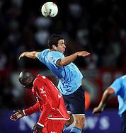 13-09-2008 VOETBAL:FC TWENTE:NEC NIJMEGEN:ENSCHEDE <br /> Peter Wisgerhof wint het luchtduel van Blaise N'Kufo<br /> Foto: Geert van Erven