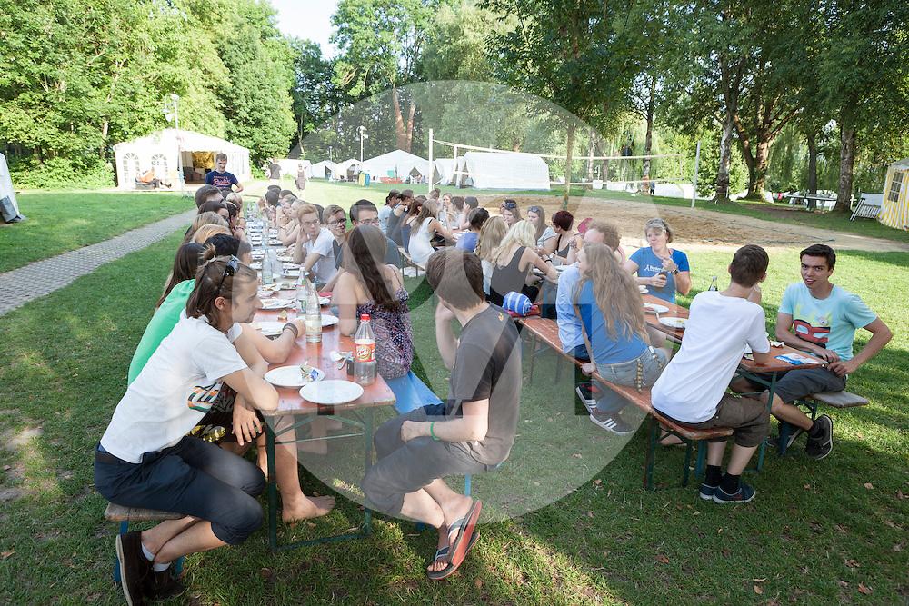 DEUTSCHLAND - MARKELFINGEN - Teilnehmende beim Essen am internationalen BodenseeCamp - 25. Juli 2014 © Raphael Hünerfauth - http://huenerfauth.ch