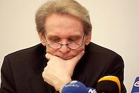 02 FEB 2004, BERLIN/GERMANY:<br /> Prof. Dr. Karl Max Einhaeupl, Vorsitzender Wissenschaftsrat und Prof. f. Neurologie an der Humboldt-Universitaet Berlin, waehrend einer Pressekonferenz des Wissenschaftsrates, Wissenschaftsforum Berlin<br /> IMAGE: 20040202-01-007<br /> KEYWORDS: Karl Max Einhäupl