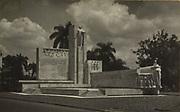 Het door W.M. Dudok en H.A. van den Eijnde ontworpen Van Heutsz-Monument te Batavia, vermoedelijk ten tijde van de onthulling in 1932