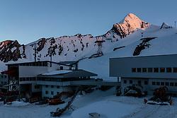 THEMENBILD, der Gipfel des Kitzsteinhorns und das Alpincenter bei Sonnenuntergang, aufgenommen am 18.05.2017, Kitzsteinhorn, Kaprun, Österreich // The summit of the Kitzsteinhorn and the Alpine Center at sunset at the Kitzsteinhorn Glacier in Kaprun, Austria on 2017/05/18. EXPA Pictures © 2017, PhotoCredit: EXPA/ JFK