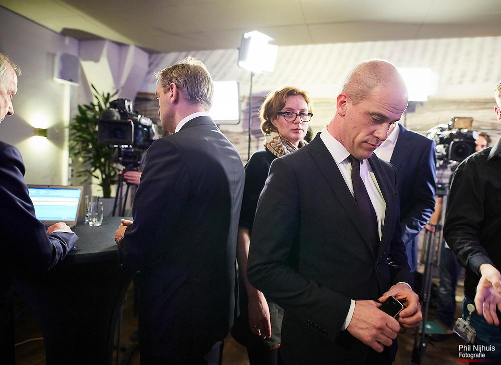 20160406 Den Haag - CDA fractievoorzitter Sybrand van Haersma Buma en PvdA fractievoorzitter Diederik Samsom tijdens de Uitslagenavond van het Referendum over het associatieverdrag van de Europese Unie met Oekra&iuml;ne in perscentrum Nieuwspoort in Den Haag. <br /> Foto: Phil Nijhuis