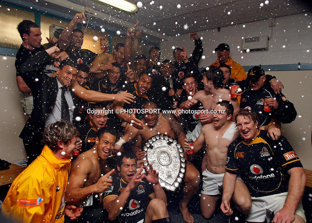 Wellington celebrate with the shield.<br />Air NZ Cup, Ranfurly Shield match, Auckland v Wellington, Eden Park, Auckland, Saturday 20 September 2008. Photo: Renee McKay/PHOTOSPORT