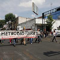 """Toluca, Méx.- Integrantes del movimiento """"Metrobús Toluca Ya"""" marcharon por las principales calles de Toluca pidiendo que antes de realizarse un alza a la tarifa del transporte público se realiza una reestructuración real de este y no se siga afectando el bolsillo de los mexiquenses.  Agencia MVT / Crisanta Espinosa"""