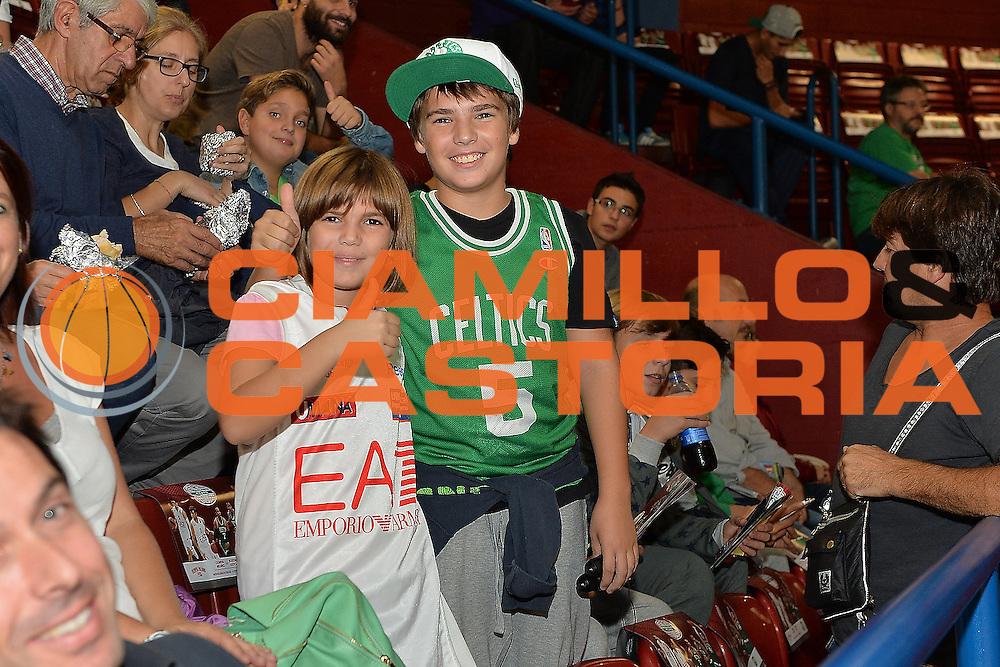 DESCRIZIONE : Milano NBA Global Games EA7 Olimpia Milano - Boston Celtics<br /> GIOCATORE : Pubblico<br /> CATEGORIA : Tifosi<br /> SQUADRA :  Boston Celtics Olimpia EA7 Emporio Armani Milano<br /> EVENTO : NBA Global Games 2016 <br /> GARA : NBA Global Games EA7 Olimpia Milano - Boston Celtics<br /> DATA : 06/10/2015 <br /> SPORT : Pallacanestro <br /> AUTORE : Agenzia Ciamillo-Castoria/IvanMancini<br /> Galleria : NBA Global Games 2016 Fotonotizia : NBA Global Games EA7 Olimpia Milano - Boston Celtics