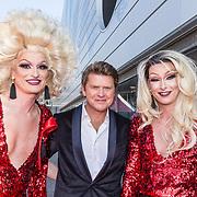 NLD/Amsterdam/20190525 - AmsterdamDiner 2019, Beau van Erven Dorens op de foto met Drag Queens