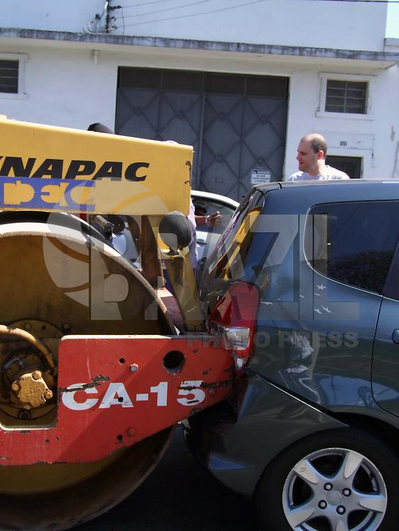 SÃO PAULO,SP, 08 DE AGOSTO DE 2009 - TRATOR ROLO COMPRESSOR CAUSA ENGAVETAMENTO - Um trator utilizado no serviço de pavimentação de ruas, chamado popularmente de 'rolo compressor', se envolveu em um acidente de trânsito na Avenida Presidente Wilson, no Ipiranga, na Zona Sul de São Paulo, na tarde deste sábado (8). Três carros foram danificados no engavetamento e a Polícia Militar foi acionada para acalmar os ânimos dos envolvidos após a batida. De acordo com os policiais, ninguém ficou ferido e os motoristas fizeram acordo sobre como será ressarcido o prejuízo.  FOTO: WILLIAM VOLCOV / BRAZIL PHOTO PRESS.