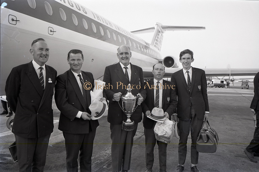 26/06/1967<br /> 06/26/1967<br /> 26 June 1967<br /> Irish Amateur Golf Team at Dublin Airport. The team pictured other return to Dublin after winning the European Amateur Golf Championship, (l-r): Tom Egan; Tom Craddock; R.C. Ewing (Captain); Vincent Nevin and David Sheen.