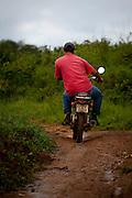 Sao Roque de Minas_MG, Brasil...Parque Nacional da Serra da Canastra em Sao Roque de Minas, Minas Gerais. Na foto homem andando de moto...Serra da Canastra National Park in Sao Roque de Minas, Minas Gerais. In this photo a man with motorcycle...Foto: JOAO MARCOS ROSA / NITRO...