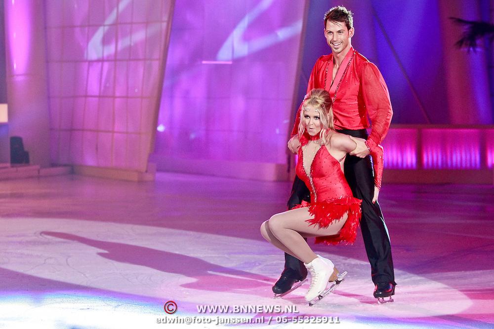 NLD/Hilversum/20110318 - Sterren Dansen op het IJs show 8, Monique Smit en Joel Geleynse