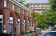 Nederland, Hengelo, 15-5-2008..Een allochtoon, Turks meisje,kind, staat bij het hek van een rijtjeshuis in de woonwijk Hengelose-es. Sociale woningbouw uit de jaren zeventig...Foto: Flip Franssen/Hollandse Hoogte