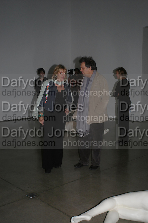 Hannah Rothschild and Stephen Frears. Chemical Life Support opening, White Cube. 3 March 2005. ONE TIME USE ONLY - DO NOT ARCHIVE  © Copyright Photograph by Dafydd Jones 66 Stockwell Park Rd. London SW9 0DA Tel 020 7733 0108 www.dafjones.com