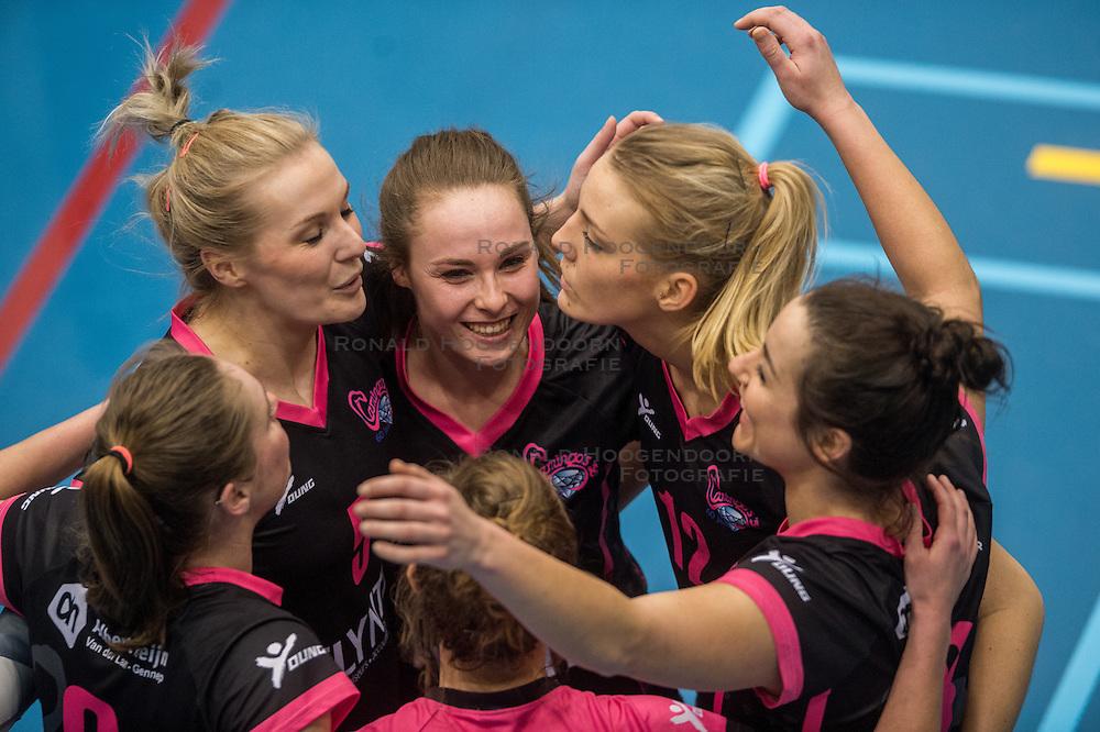 09-04-2016 NED: SV Dynamo - Flamingo's 56, Apeldoorn<br /> Flamingo's doet een goede stap naar het kampioenschap in de Topdivisie. Dynamo wordt met 3-0 verslagen / Lynn Blenckers #5 of Flamingo, Rachel Feron #1 of Flamingo, Nynke Rovers #12 of Flamingo