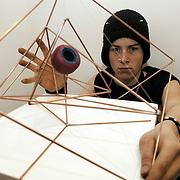 Petijn Te pas, met kunstwerk voor expositie Tramontano jeugd Huizen
