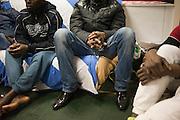 Afrikaanse migranten in gemeenschappelijke slaapzaal. Sinds 2011 wonen 150 Afrikaanse migranten in een voormalige fabriek in de Parijse voorstand Montreuil, omdat ze illegaal in Frankrijk verblijven, kunnen ze geen woonruimte huren. In het 450 m2 grote pand wonen jonge mannen uit Malië, Ivoorkust, Bukina Faso, Niger.