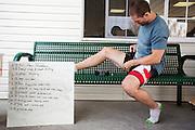 Todd Reichert plakt tape op zijn benen. In Battle Mountain (Nevada) wordt ieder jaar de World Human Powered Speed Challenge gehouden. Tijdens deze wedstrijd wordt geprobeerd zo hard mogelijk te fietsen op pure menskracht. Ze halen snelheden tot 133 km/h. De deelnemers bestaan zowel uit teams van universiteiten als uit hobbyisten. Met de gestroomlijnde fietsen willen ze laten zien wat mogelijk is met menskracht. De speciale ligfietsen kunnen gezien worden als de Formule 1 van het fietsen. De kennis die wordt opgedaan wordt ook gebruikt om duurzaam vervoer verder te ontwikkelen.<br /> <br /> Todd Reichert prepares with tape on his legs. In Battle Mountain (Nevada) each year the World Human Powered Speed Challenge is held. During this race they try to ride on pure manpower as hard as possible. Speeds up to 133 km/h are reached. The participants consist of both teams from universities and from hobbyists. With the sleek bikes they want to show what is possible with human power. The special recumbent bicycles can be seen as the Formula 1 of the bicycle. The knowledge gained is also used to develop sustainable transport.