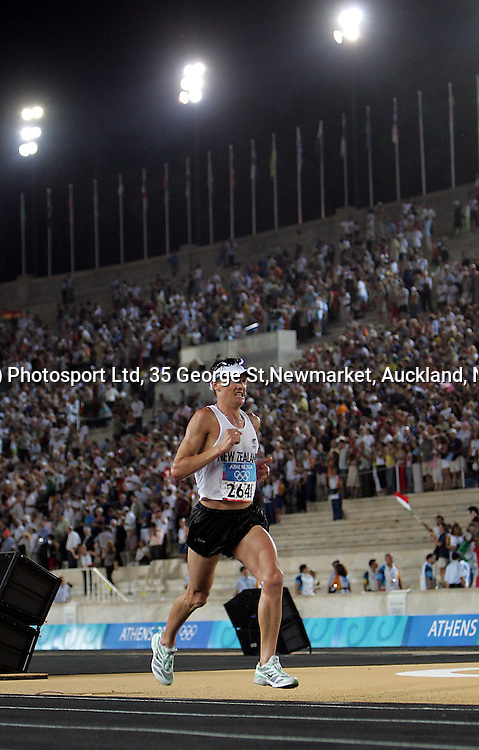 New Zealand marathon runner Dale Warrender on his final lap inside Panathinkiko Stadium, Sunday 29 August 2004. Photo: Andrew Cornaga/PHOTOSPORT<br />