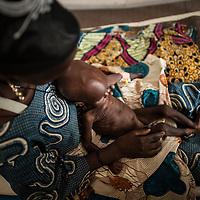 11/10/2012. CRENI de Tanout/Niger. Salle de soins intensifs. Haoua Attaher de 23 ans pose avec son fils Mado Adam de 12 mois atteint de multrition sévère avec complications (MAS avec complications) . Crédits: EC/ECHO/Sylvain Cherkaoui