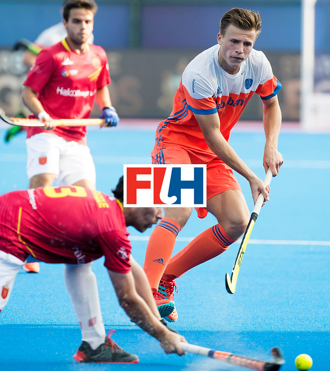 BHUBANESWAR - Thijs van Dam (Ned) met Sergi Enrique (Esp)  na  de Hockey World League Final wedstrijd Nederland-Spanje (2-3). In het midden Billy Bakker (Ned)  . COPYRIGHT  KOEN SUYK