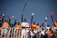 P&aring; mandag skal Kenyas befolkning v&aelig;lge ny pr&aelig;sident. Der er sp&aring;et t&aelig;t l&oslash;b mellem de to spidskandidater Raila Odinga (ODM) og Uhuru Kenyatta (TNA). <br /> Raila Odinga (ODM) holdt det store Nairobi v&aelig;lger m&oslash;de p&aring; byens store atletik stadium &quot;Nyayo stadium&quot;, hvor alle hans tilh&aelig;ngere var kl&aelig;dt i orange farve.<br /> <br /> . Uhuru Kenyatta stiller op for Jubilee koalitionen. Han er barnebarn af Kenyas f&oslash;rste pr&aelig;sident Jomo Kenyatta og han er vice premierminister i den nuv&aelig;rende regering. Uhuru Kenyatta siges at v&aelig;re arving til en af de st&oslash;rste formuer i Afrika. Navnet Uhuru betyder frihed og hans k&aelig;lenavn p&aring; stammesproget kikuyu njamba betyder &rdquo;helt&rdquo;.<br /> Uhuru Kenyatta er anklaget for forbrydelser mod menneskeheden i en retssag ved den internationale straffedomstol ( ICC) p&aring; grund af hans formodede medansvar for voldsomheder, der fulgte efter sidste valg i december 2007. Over 1300 personer mistede livet og omkring en halv million blev tvunget til at flygte i det borgerkrigslignede kaos, der opstod, da valgresultatet kom frem. Kenya opfattes ofte som &oslash;konomiske og demokratiske lokomotiv for udviklingen i den &oslash;stafrikanske region og resultatet af valget p&aring; mandag har derfor betydning for hele regionens 130 millioner indbyggere.