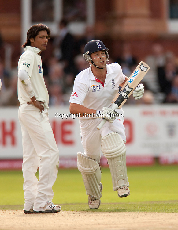 Jonathan Trott runs past bowler Mohammad Amir during his century in the final npower Test Match between England and Pakistan at Lord's.  Photo: Graham Morris (Tel: +44(0)20 8969 4192 Email: sales@cricketpix.com) 27/08/10