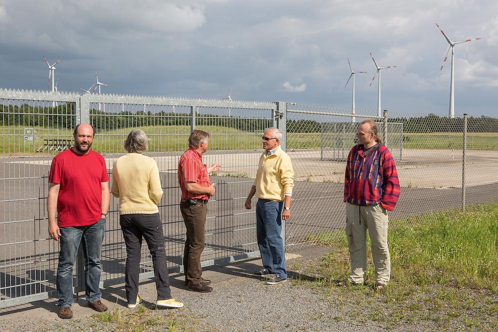 """Germany - Deutschland - Protest gegen FRACKING; EXXON Mobil Production - Test Drilling - Lower Saxony; LÜNNE 1 - Locals against Fracking; IG """"Schönes Lünne"""" / LUENNE; Here:  Markus Rolink (links) und Mitglieder der Bürgerinitiative; 14.06.2014"""