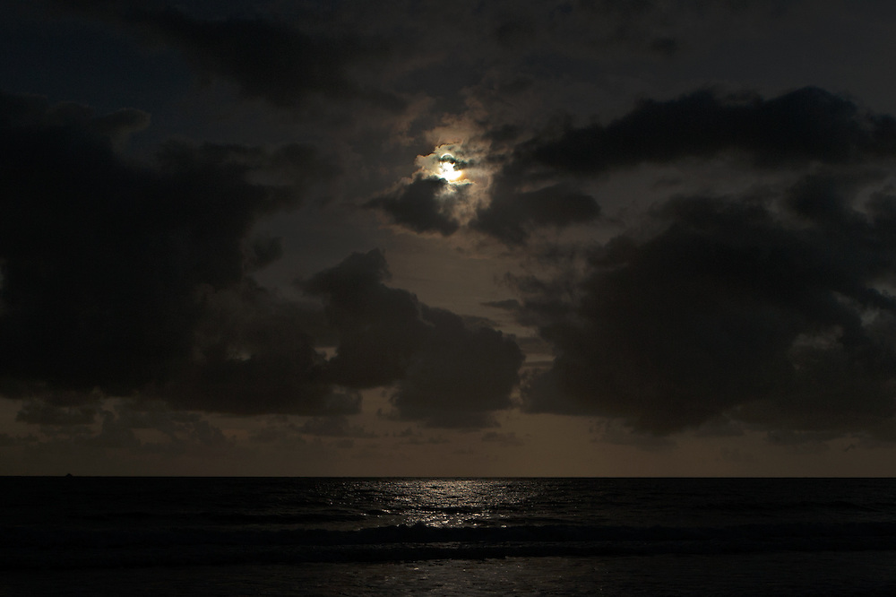 Final moments before the diamond ring and totality, with enough light still to reflect off the ocean below, Australia, 14 November 2012