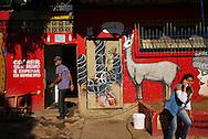FEIRA DA KANTUTA - Frequentadores da feira boliviana usufruem de estrutura de banheiros públicos na praça Kantuta, no bairro Canindé, em São Paulo.19/06/2016