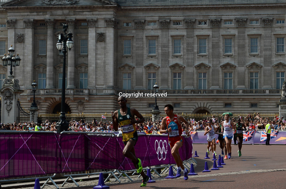 12.08.2012. London, England.  Athletes compete in the Mens Marathon Competition as they pass Buckingham palace. London 2012 Olympic Games