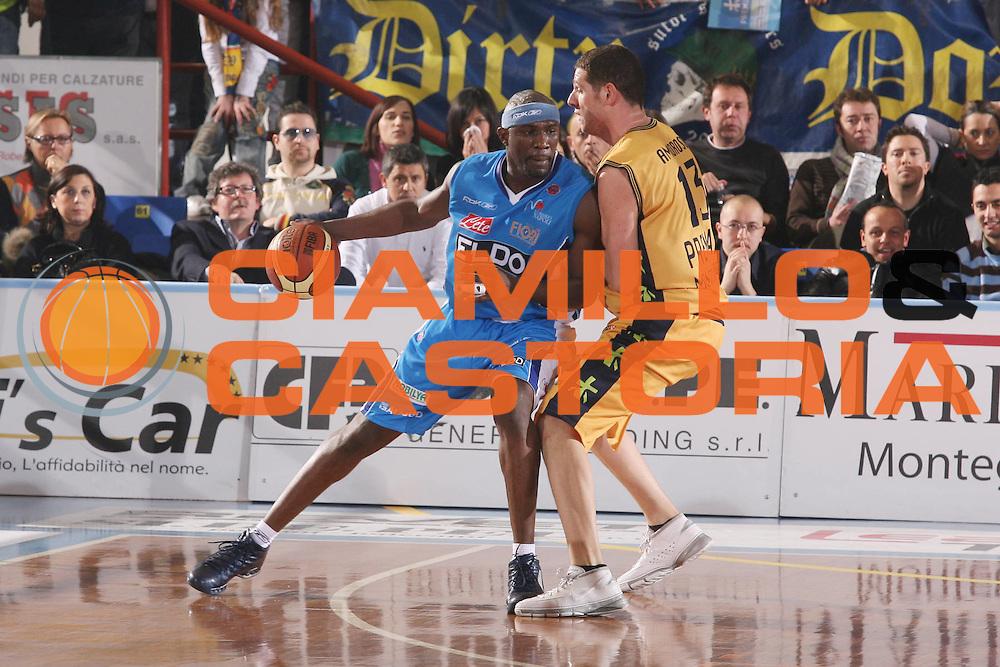 DESCRIZIONE : Porto San Giorgio Lega A1 2007-08 Premiata Montegranaro Eldo Napoli <br /> GIOCATORE : Jumaine Jones <br /> SQUADRA : Eldo Napoli <br /> EVENTO : Campionato Lega A1 2007-2008 <br /> GARA : Premiata Montegranaro Eldo Napoli <br /> DATA : 23/02/2008 <br /> CATEGORIA : Palleggio <br /> SPORT : Pallacanestro <br /> AUTORE : Agenzia Ciamillo-Castoria/G.Ciamillo