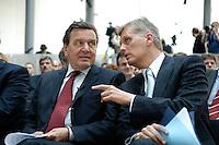 18 APR 2005, BERLIN/GERMANY:<br /> Gerhard Schroeder (L), SPD, Bundeskanzler, und Kai-Uwe Ricke (R), Vorstandsvorsitzender Deutsche Telekom AG, im Gespraech, 5. Innovationsgipfel der Partner fuer Innovation, Hauptstadtrepraesentanz Deutsche Telekom AG<br /> IMAGE: 20050418-02-009<br /> KEYWORDS: Gerhard Schröder, Gespräch
