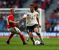 Fotball<br /> Treningskamp<br /> England v Japan<br /> 1. juni 2004<br /> City of Manchester Stadium<br /> Foto: Robin Parker, Digitalsport<br /> NORWAY ONLY<br /> Junichi Inamoto<br /> Paul Scholes England