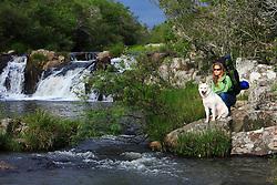 Menina visita cachoeira acompanhada de seu akita. FOTO: Jefferson Bernardes/Preview.com