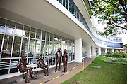 Belo Horizonte_MG, Brasil...Estatuas, criadas pelo artista plastico Leo Santana em frente a Biblioteca Publica em Belo Horizonte, Minas Gerais...Statues, It was designed by the artist Leo Santana in front of Public Library in Belo Horizonte, Minas Gerais...Foto: NIDIN SANCHES / NITRO