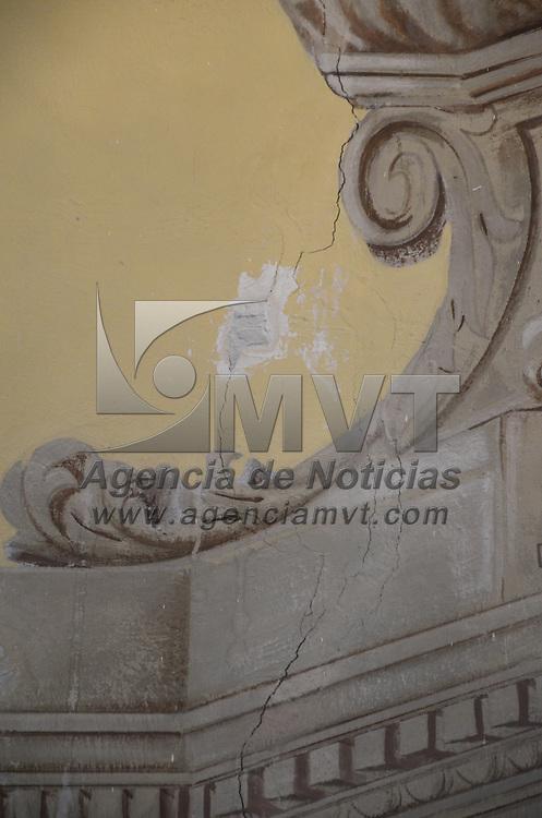 Toluca, México.- Debido al sismo del pasado 18 de abril, elementos de Proteccion Civil de Toluca acudieron a la Iglesia de San Mateo Oxtotitlan, en donde contabilizaron las grietas y colocaron parches, con el fin monitorear futuros daños al templo. Agencia MVT / Arturo Hernández S.