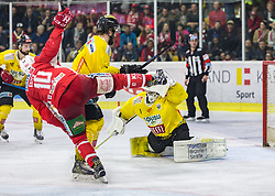 20.04.2019, Stadthalle, Klagenfurt, AUT, EBEL, EC KAC vs Vienna Capitals, Finale, 4. Spiel, im Bild Andrew KOZEK (EC KAC, #10), Mat CLARK (spusu Vienna CAPITALS, #7), Jean-Philippe Amoureux, (spusu Vienna CAPITALS, #1) // during the Erste Bank Icehockey 4th final match between EC KAC and Vienna Capitals at the Stadthalle in Klagenfurt, Austria on 2019/04/20. EXPA Pictures © 2019, PhotoCredit: EXPA/ Gert Steinthaler