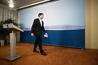Nederland. Den Haag, 20 februari 2010.<br /> 04.20 uur persverklaring Balkenende in ministerie Algemene Zaken.<br /> Premier Balkenende gaat het ontslag van zijn vierde kabinet indienen bij koningin Beatrix. Na een keiharde confrontatie in de ministerraad over de militaire missie in Uruzgan bleek rond vier uur 's nachts nog maar één conclusie mogelijk: aftreden. kabinetscrisis; val kabinet; Balkenende Vier; vierde kabinet Balkenende; politiek; binnenhof, den haag<br /> Foto Martijn Beekman