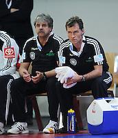 Handball EM Herren 2010 Vorrunde Deutschland - Schweden 22.01.2010 Mannschaftsarzt Dr. Berthold HALLMAIER (li) und Physiotherapeut Peter GRAESCHUS