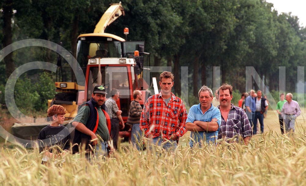 071797 oudleusen ned..oogstdemonstratie graan boeren en oogstmachine op de achtergrond machine die eerste maait en daarna met een andere machine moet laten ophalen..fotografie frank uijlenbroek©/frank uijlenbroek