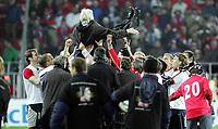 Fotball<br /> Play off VM 2006<br /> Tsjekkia v Norge <br /> Czech Republic v Norway<br /> 16.11.2005<br /> Foto: Morten Olsen, Digitalsport<br /> <br /> Karel Brückner is thrown in the air by the Czech team