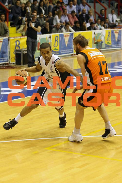 DESCRIZIONE : Napoli Lega A1 2005-06 Carpisa Napoli Snaidero Udine  <br /> GIOCATORE : Greer <br /> SQUADRA : Carpisa Napoli <br /> EVENTO : Campionato Lega A1 2005-2006 <br /> GARA : Carpisa Napoli Snaidero Udine <br /> DATA : 20/04/2006 <br /> CATEGORIA : Penetrazione <br /> SPORT : Pallacanestro <br /> AUTORE : Agenzia Ciamillo-Castoria/G.Ciamillo