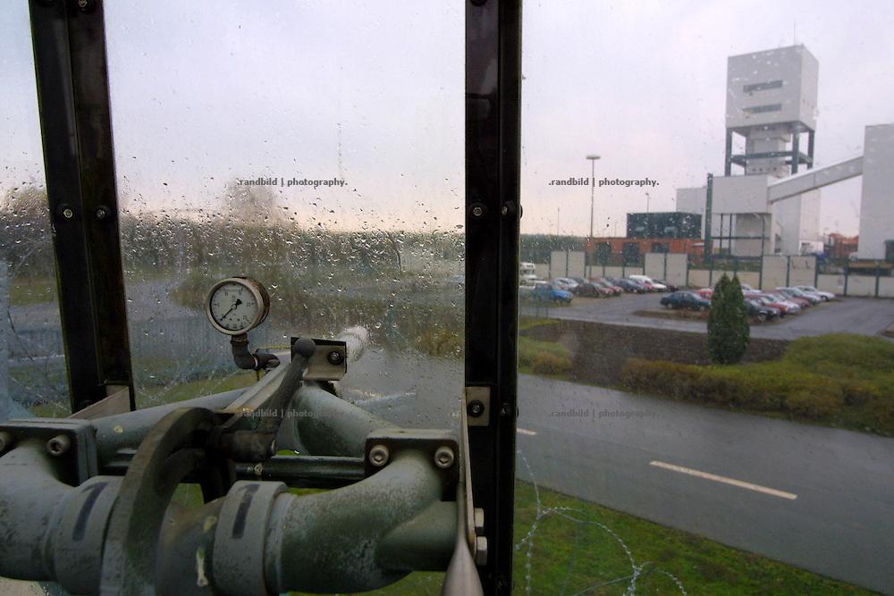 Ein festinstallierter Wasserwerfer auf der Mauer des Erkundungsbergwerkes in Gorleben. Im Hintergrund Schacht 1 des möglichen Endlagers für Atommüll.