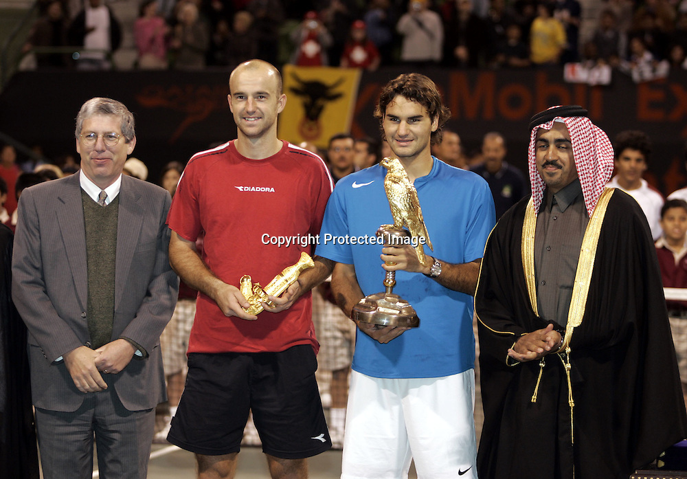 Qatar, Doha, ATP Tennis Turnier Qatar Open 2005, R-L. QTF Praesident Scheich Mohamed Bin Faleh Al-Thani,<br /> Roger Federer(SUI) mit Pokal, Ivan Ljubicic(CRO) und<br /> Praesident and General Manager of Exxon Mobil Qatar Inc., Wayne Harms,Siegerehrung, 08.01.2005,<br /> Foto: Juergen Hasenkopf