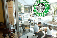 21 AUG 2002, BERLIN/GERMANY:<br /> Kunden einer Filiale der US-Kette Starbucks Coffee, Friedrichstrasse<br /> IMAGE: urban20020821-02-002<br /> KEYWORDS: Caffee-Bar, Kaffee, Cafe, Logo