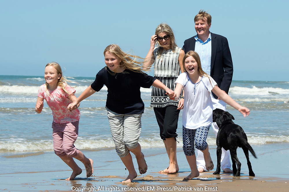 Koning Willem-Alexander en koningin Maxima poseren samen met de prinsesjes Ariane, Amalia en Alexia tijdens de jaarlijkse fotosessie op het strand bij het natuurgebied Meijendel in Wassenaar. <br /> <br /> King Willem-Alexander and Queen Maxima posing together with the princesses Ariane, Amalia and Alexia at the annual photo session on the beach at the nature Meijendel in Wassenaar.<br /> <br /> Op de foto / On the photo:  Koning Willem-Alexander en koningin Maxima  met de prinses Ariane, prinses  Amalia en prinses  Alexia met hun honden Skipper en Nala <br /> <br /> <br /> King Willem-Alexander and Queen Maxima with the Princess Ariane, Princess Amalia and Princess Alexia with their dogs Skipper and Nala