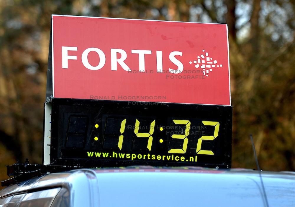 18-11-2007 ATLETIEK: ZEVENHEUVELENLOOP: NIJMEGEN<br /> Tijd auto creative atletiek item klok tijdwaarneming<br /> &copy;2007-WWW.FOTOHOOGENDOORN.NL