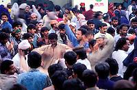 Pakistan - La fête des soufis - Province du Sind - Sehwan e Sharif - Tombe du saint soufi Lal Shabaz Qalandar - Fête de l'anniversaire de sa mort (Urs) - Transe collective au son des tambours dans la cour de la tombe du saint. // Pakistan, Sind province, Sehwan e Sharif, Sufi saint Lal Shabaz Qalandar shrine, annual Urs festival