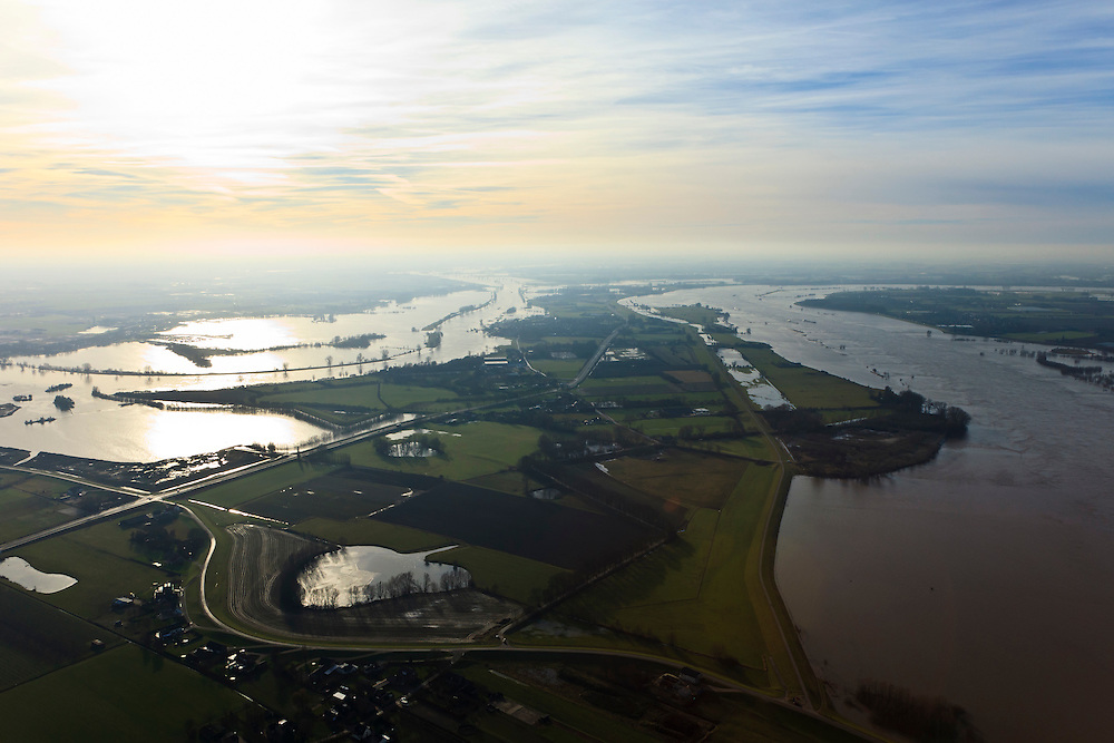 Nederland, Gelderland, Gemeente Maasdriel, Heerewaarden, 10-01-2011.Maas en Waal met  Heerewaardense Afsluitdijk (rechts), wiel vroegere overlaat.Two rivers Meuse and Waal divided bij a small isthmus, reinforced by a dike, the Heerewaardense Dam..luchtfoto (toeslag), aerial photo (additional fee required).foto/photo Siebe Swart