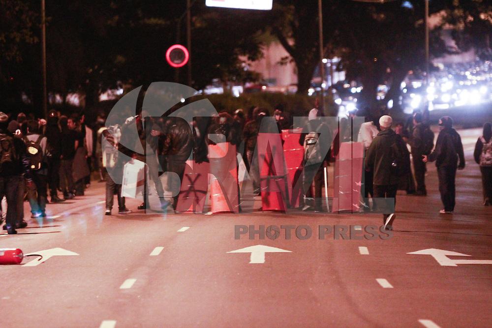 SÃO PAULO, SP - 26.07.2013: MANIFESTAÇÃO APOIO AO RIO - Membros integrantes de um grupo deniminado Black Block bloqueiam a Av 23 de Maio e deixam um rastro de destruição na noite dessa sexta-feira em São Paulo, a manifestação em apoio ao Rio de Janeiro que começou pacifica em poucos minutos ficou sem o controle de seus lideres. (Foto: Marcelo Brammer/Brazil Photo Press)